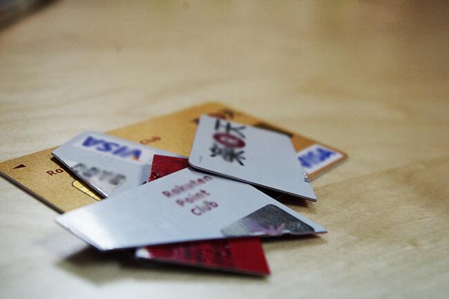 使わないクレジットカードにははさみを入れて、処分する。